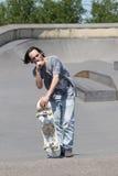 Τοποθέτηση Hunk με skateboard του Στοκ Φωτογραφίες