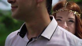 Τοποθέτηση Newlyweds κοντά στον απότομο βράχο στο Μπαλί Χέρια εκμετάλλευσης, αγκάλιασμα ρομαντικός γάμος φιλμ μικρού μήκους