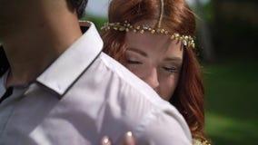 Τοποθέτηση Newlyweds κοντά στον απότομο βράχο στο Μπαλί Χέρια εκμετάλλευσης, αγκάλιασμα ρομαντικός γάμος απόθεμα βίντεο