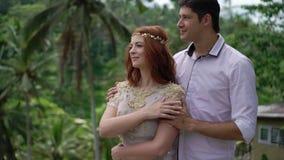 Τοποθέτηση Newlyweds στο πεζούλι ρυζιού στο Μπαλί Χέρια εκμετάλλευσης, αγκάλιασμα ρομαντικός γάμος απόθεμα βίντεο