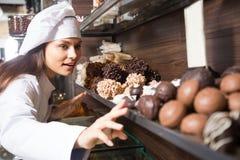Τοποθέτηση Shopgirl με την εύγευστη σοκολάτα στοκ φωτογραφία με δικαίωμα ελεύθερης χρήσης