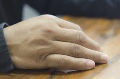 Τοποθετήστε τα χέρια στο γραφείο Στοκ φωτογραφίες με δικαίωμα ελεύθερης χρήσης