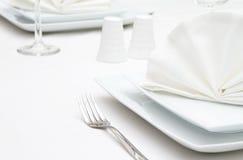 Τοποθετήστε τις τοποθετήσεις με τα άσπρα πιάτα Στοκ Φωτογραφίες
