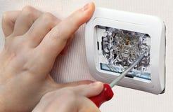 Τοποθετήστε τον ελαφρύ διακόπτη τοίχων, κινηματογράφηση σε πρώτο πλάνο του ανθρώπινου χεριού με το κατσαβίδι στοκ φωτογραφία