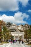 Τοποθετήστε το μνημείο Rushmore με τους τουρίστες κοντά στη βάση, SD Στοκ φωτογραφία με δικαίωμα ελεύθερης χρήσης