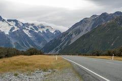 Τοποθετήστε το δρόμο & x28 Cook Δηλώστε την εθνική οδό 80& x29  κατά μήκος Tasman ο ποταμός που οδηγεί σε Aoraki/τοποθετεί το εθν Στοκ Εικόνες