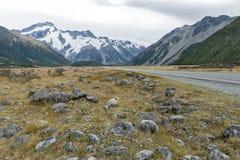 Τοποθετήστε το δρόμο & x28 Cook Δηλώστε την εθνική οδό 80& x29  κατά μήκος Tasman ο ποταμός που οδηγεί σε Aoraki/τοποθετεί το εθν Στοκ φωτογραφία με δικαίωμα ελεύθερης χρήσης