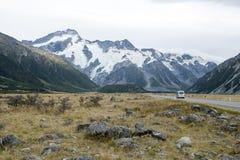 Τοποθετήστε το δρόμο & x28 Cook Δηλώστε την εθνική οδό 80& x29  κατά μήκος Tasman ο ποταμός που οδηγεί σε Aoraki/τοποθετεί το εθν Στοκ Φωτογραφίες