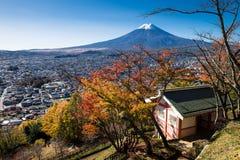 Τοποθετήστε το Φούτζι και την πόλη Fujiyoshida στοκ εικόνες