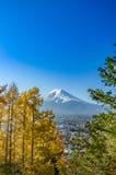 Τοποθετήστε το Φούτζι με το μπλε ουρανό Στοκ φωτογραφία με δικαίωμα ελεύθερης χρήσης