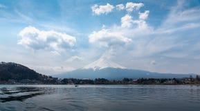 Τοποθετήστε το Φούτζι Fujisan στη μεσημβρία από τη βάρκα στη λίμνη W Kawaguchigo Στοκ εικόνα με δικαίωμα ελεύθερης χρήσης