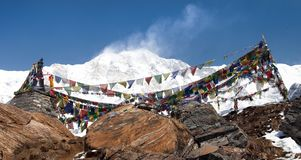 Τοποθετήστε Annapurna με τις βουδιστικές σημαίες προσευχής Στοκ Εικόνες