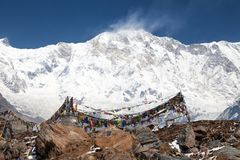 Τοποθετήστε Annapurna με τις βουδιστικές σημαίες προσευχής Στοκ φωτογραφίες με δικαίωμα ελεύθερης χρήσης