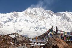 Τοποθετήστε Annapurna με τις βουδιστικές σημαίες προσευχής Στοκ Εικόνα