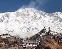 Τοποθετήστε Annapurna με τις βουδιστικές σημαίες προσευχής Στοκ Φωτογραφία
