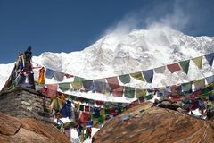 Τοποθετήστε Annapurna με τις βουδιστικές σημαίες προσευχής Στοκ Φωτογραφίες