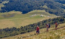 Τοποθετήστε Baldo, Ιταλία - 15 Αυγούστου 2017: Περπατώντας οικογένεια που αναρριχείται στο βουνό Στοκ εικόνα με δικαίωμα ελεύθερης χρήσης