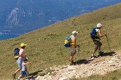 Τοποθετήστε Baldo, Ιταλία - 15 Αυγούστου 2017: Περπατώντας οικογένεια που αναρριχείται στο βουνό Στοκ Εικόνα
