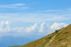 Τοποθετήστε Baldo, Ιταλία - 15 Αυγούστου 2017: τουρισμός βουνών περπατήματος οι άνθρωποι αναρριχούνται στο βουνό Στοκ Εικόνα
