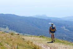 Τοποθετήστε Baldo, Ιταλία - 15 Αυγούστου 2017: τουρισμός βουνών περπατήματος οι άνθρωποι αναρριχούνται στο βουνό Στοκ Εικόνες