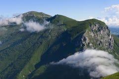 Τοποθετήστε Catria στην ανατολή, τα σύννεφα και την ομίχλη, μπλε ουρανός με τα σύννεφα, Ουμβρία, Ιταλία Στοκ Φωτογραφία