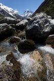 Τοποθετήστε Cook με τον ποταμό που ρέει πέρα από τους βράχους στο πρώτο πλάνο, τοποθετήστε το εθνικό πάρκο Cook Aoraki, Νέα Ζηλαν Στοκ εικόνα με δικαίωμα ελεύθερης χρήσης