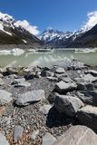 Τοποθετήστε Cook με Hooker τη λίμνη και τα παγόβουνα στο πρώτο πλάνο, τοποθετούν το εθνικό πάρκο Cook Aoraki, Νέα Ζηλανδία Στοκ φωτογραφία με δικαίωμα ελεύθερης χρήσης