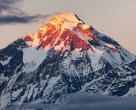 Τοποθετήστε Dhaulagiri με χρωματισμένη την ηλιοφάνεια κορυφή βουνών Στοκ Εικόνες