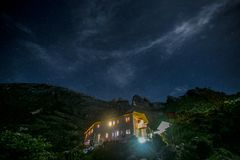 Τοποθετήστε Kinabalu με το ελαφριούς ίχνος, το νυχτερινό ουρανό και τα αστέρια Στοκ εικόνες με δικαίωμα ελεύθερης χρήσης