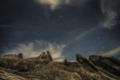 Τοποθετήστε Kinabalu με το νυχτερινό ουρανό και τα αστέρια Στοκ Εικόνες