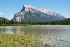 Τοποθετήστε Rundle  Πορφυρές λίμνες Banff Στοκ φωτογραφία με δικαίωμα ελεύθερης χρήσης