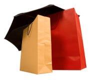 τοποθετεί την ομπρέλα αγορών σε σάκκο Στοκ Εικόνες