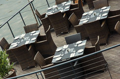 Τοποθετημένοι και καθορισμένοι πίνακες στο εστιατόριο στην αποβάθρα Στοκ φωτογραφία με δικαίωμα ελεύθερης χρήσης