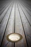 Τοποθετημένος λαμπτήρας πατωμάτων στο ξύλινο πάτωμα - εικόνα με το διάστημα αντιγράφων Στοκ εικόνα με δικαίωμα ελεύθερης χρήσης
