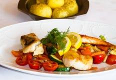 Τοποθετημένος πίνακας σε ένα εστιατόριο με τα ψάρια και τα φρέσκα vegatables στοκ εικόνα