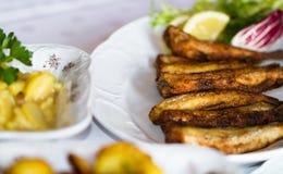 Τοποθετημένος πίνακας σε ένα εστιατόριο με τα ψάρια και τις πατάτες στοκ φωτογραφία με δικαίωμα ελεύθερης χρήσης