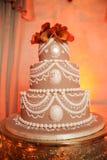 Τοποθετημένο στη σειρά γαμήλιο κέικ Στοκ Εικόνες