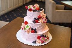 Τοποθετημένο στη σειρά ρόδινο γαμήλιο τρία κέικ που διακοσμείται με τα μούρα και τα λουλούδια Έννοια patisserie floristic από τη  Στοκ Εικόνα