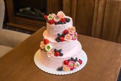 Τοποθετημένο στη σειρά ρόδινο γαμήλιο τρία κέικ που διακοσμείται με τα μούρα και τα λουλούδια Έννοια patisserie floristic από τη  Στοκ εικόνα με δικαίωμα ελεύθερης χρήσης