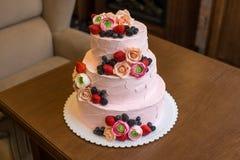 Τοποθετημένο στη σειρά ρόδινο γαμήλιο τρία κέικ που διακοσμείται με τα μούρα και τα λουλούδια Έννοια patisserie floristic από τη  Στοκ φωτογραφίες με δικαίωμα ελεύθερης χρήσης