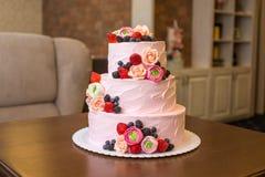 Τοποθετημένο στη σειρά ρόδινο γαμήλιο τρία κέικ που διακοσμείται με τα μούρα και τα λουλούδια Έννοια patisserie floristic από τη  Στοκ εικόνες με δικαίωμα ελεύθερης χρήσης