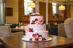 Τοποθετημένο στη σειρά ρόδινο γαμήλιο τρία κέικ που διακοσμείται με τα μούρα και τα λουλούδια Έννοια patisserie floristic από τη  Στοκ Φωτογραφίες