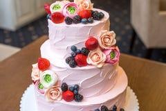 Τοποθετημένο στη σειρά ρόδινο γαμήλιο τρία κέικ που διακοσμείται με τα μούρα και τα λουλούδια Έννοια patisserie floristic από τη  Στοκ φωτογραφία με δικαίωμα ελεύθερης χρήσης