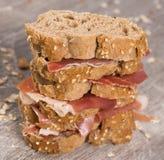 Τοποθετημένο στη σειρά σάντουιτς που γίνεται με με το ψωμί και το ζαμπόν σίκαλης Στοκ Φωτογραφία