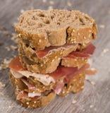 Τοποθετημένο στη σειρά σάντουιτς που γίνεται με με το ψωμί και το ζαμπόν σίκαλης Στοκ Εικόνες