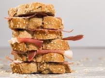 Τοποθετημένο στη σειρά σάντουιτς που γίνεται με με το ψωμί και το ζαμπόν σίκαλης Στοκ φωτογραφία με δικαίωμα ελεύθερης χρήσης