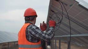 Τοποθετώντας ηλιακά πλαίσια εργαζομένων φιλμ μικρού μήκους