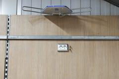 Τοποθετώντας τις υποδοχές, εγκαταστήστε τις εξόδους εναλλασσόμενου ρεύματος με το κατσαβίδι στοκ φωτογραφίες