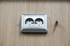 Τοποθετώντας τις υποδοχές, εγκαταστήστε τις εξόδους εναλλασσόμενου ρεύματος με το κατσαβίδι στοκ εικόνες με δικαίωμα ελεύθερης χρήσης