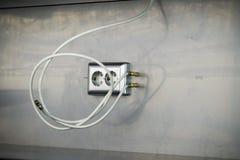 Τοποθετώντας τις υποδοχές, εγκαταστήστε τις εξόδους εναλλασσόμενου ρεύματος με το κατσαβίδι στοκ φωτογραφία